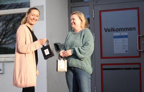 Diakon Tonje Vilberg Bjerkreim og fagleder for sosialtjenester på Nav-kontoret på Ålgård, Hege Ramse, synes det er helt fantastisk at det i år er femti barnefamilier som får gavekort på mat før jul.