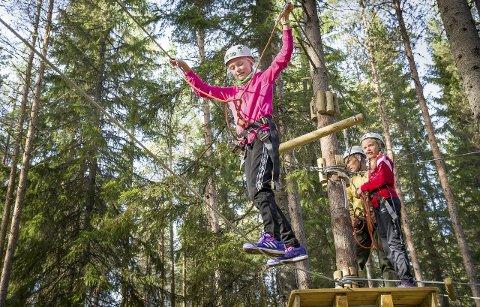 TRENING: Hanna Iost Pekeberg i aksjon på stram line mens Katrine Ingjerd Holter    venter på tur. Utfordringene i den nye klatreparken gir trening på en morsom måte.