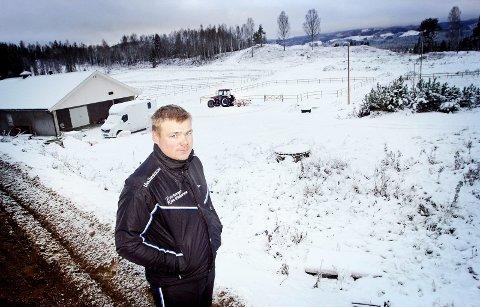 Sin egen sjef: Kim Pedersen står nå på egne bein på Flygind Gård på Granli. – Vi er ikke hundre prosent i mål ennå. Men vi nærmer oss – og da blir det         kanonbra, sier han om fasilitetene i bakgrunnen. Bilder: henrik holter