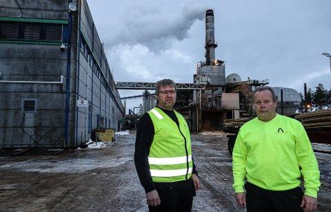 POSITIVE NYHETER: Fabrikksjef Espen Svenneby, til venstre, og klubbleder Roger Bjørklund ved Forestia er glade for å kunne ansette ytterligere 13 personer.