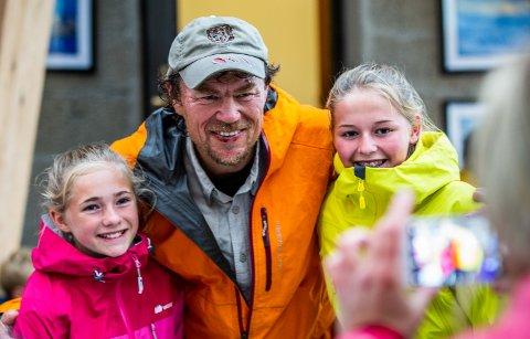 Maria Blankenborg Dalen (12) og Hanna Dalen (14) fra Vågå synes det var stas å ta bilde med Lars Monsen da han besøkte Sognefjellshytta i Jotunheimen i sommer.