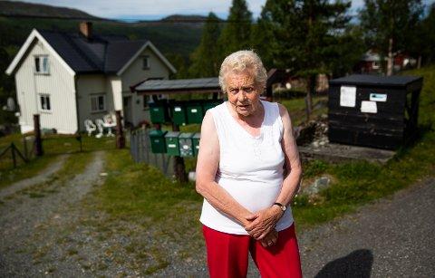 Her pleier Else Sæther (86) å stå og vente på bussen dersom hun skal til Lillehammer eller sentrale strøk i kommunen. Nå skal bussruta legges ned og Sæther frykter å bli sittende fast uten førerkort. – Jeg kan ikke skjønne at det ikke skal være noen buss mellom Dalseter og Svatsum. Fra Segalstad bru går det pinadø busser hele dagen.