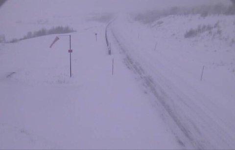 Slik ser det ut på E6 på Dovrefjell kl 10.00 første nyttårsdag. Vegen kan bli stengt på kort varsel, opplyser Statens vegvesen