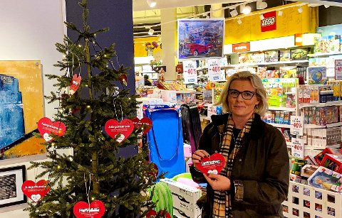 PÅ STRANDTORGET: Ordfører i Lillehammer, Ingunn Trosholmen, hengte opp det første julegaveønsket under årets ønsketreaksjon.