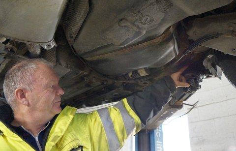UTSATT: Bilens understell er utsatt for rustangrep særlig når understellsbehandlingen er gammel og slitt. Bremserør er spesielt utsatt, men også skivebremser, bærearmer og rustangrep i selve understeller som kan føre til rusthull i gulvet på bilen, viser Tom Heier hos Lunner Auto.