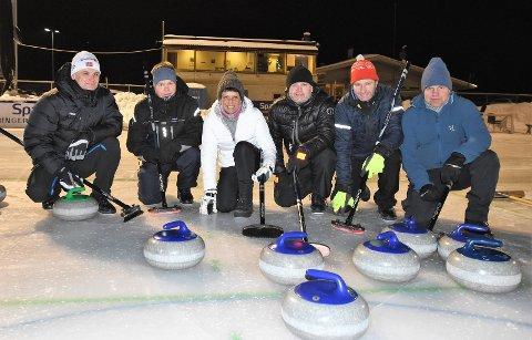 STORTRIVES: Denne gjengen stortrives på curlingtrening på Jevnaker kunstisbane. Fra venstre: Lars A Bjørklund, Tore Andreassen, Beate Ruden, Odd Persokrud, Kenneth Brørby og Trond Munkerud.