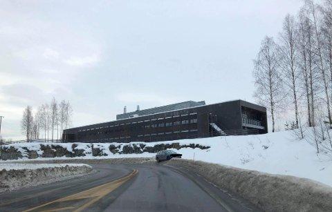 I GRØFTA: Denne bilen står i grøfta ved Mohagen. Politiet jakter eieren.