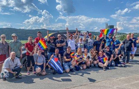 FORNØYD: Tine-Mari Nordbeck er overveldet over alle som hadde møtt fram for å delta i pride-markeringen.