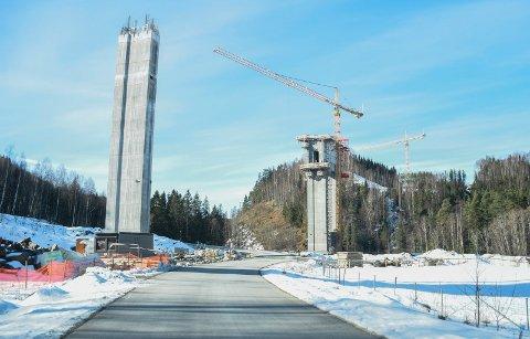 BRUBYGGING: Randselva bru får en maksimal høyde på 63 meter. Etter planen skulle den stått klar i september, men korona-problemer har ført til at den i stedet står klar våren/sommeren 2022.
