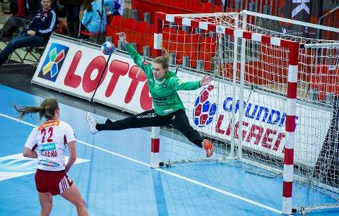 Mesterlig: Hanna Reknes slapp inn 38 mål borte mot Larvik. Hun reddet noen skuddforsøk, der i blant dette fra Sanna Solberg. Reknes hoppet opp i full strekk og reddet spektakulært med håndflaten.