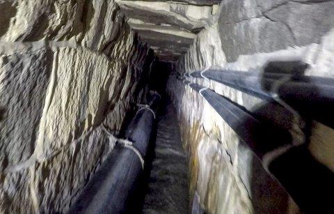 KOVLERTEN PÅ OS: Slik ser det ut i den om lag 100 år gamle kulverten i bakken på Os. Denne strekker seg fra Shultzedalen, under skolegården på Os, under fylkesvei 22 og ender i Tista på Vaterland. Foto: COWI