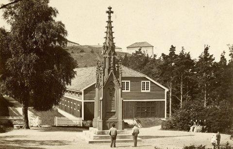 NYGOTIKK: 1860-monumentet over Karl XII sto like ved Tøyhuset, der Fredriksten Kro er i dag. Opprinnelig var det omgitt av et støpejernsgjerde. Monumentet var laget av jern, og det ville ha hatt stor kulturhistorisk verdi i dag – om det ikke var blitt tatt ned i 1938. Foto: Riksantikvarens arkiv