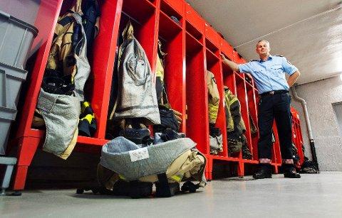ÅPNER DØRENE: Den midlertidige brannstasjonen på Vestgård i Berg åpner dørene for haldenserne til lørdag. Da kan folk få se hvordan brannmennene jobber. På bildet: brannsjef Ole Christian Torgalsbøen.