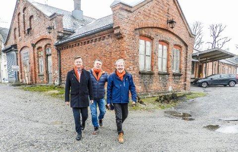 TROR PÅ DETTE: Fra venstre sees banksjef Jørn Berg, bymisjonens Trond Henriksen og arkitekt Erlend Eng Kristiansen utenfor godshuset.