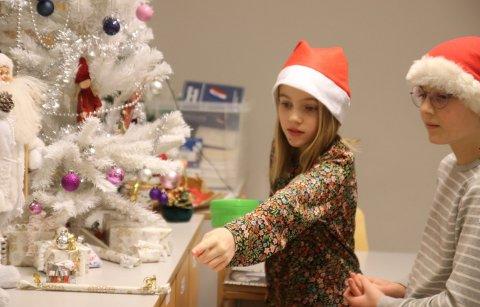 Marius Waage og Margrethe Harridsleff studerer julepynten i et av klasserommene.
