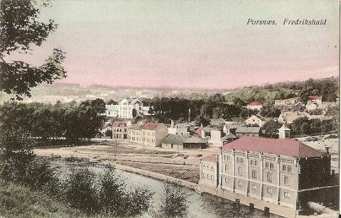 SMITTEN: I forgrunnen ser vi Porsnes mølle, som lå der Saugbrugs har sitt dampende renseanlegg. Midt på bildet, der Halden videregående skole ligger i dag, ser vi det kommunale sykehuset som tidligere het «Ebenezer». Det høye, lyse tilbygget som kneiser på haugen ble kalt «Smitten». I tillegg var det et eget bygg, «Interneringen», for de mest smittefarlige. Postkort fra omkring år 1900.