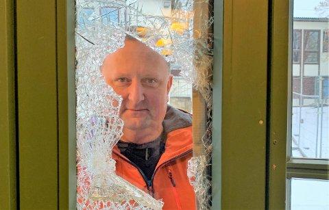 BEKYMRET: Enhetsleder André Øraas er svært bekymret over hærverk på skolebygninger. Han ser at de som utfører hærverket, utsetter seg selv for  fare. Blant annet ved å klatre på utsiden av terrasser 10 meter over bakken og klatre gjennom knuste ruter.