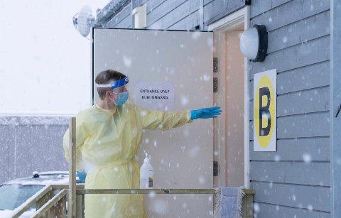 HEKTISKE DAGER: Det jobbes intenst ved Halden kommunes testsenter på Svinesund. Her er sanitetssoldat Pål Eriksen i gang etter å ha fått opplæring forrige uke. Med det lokale utbruddet av det muterte viruset, blir det ekstra behov for testing i Halden i dagene som kommer.