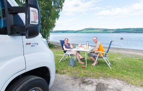 GODE DAGER: Ved Torps legesenter nyter bobilturistene Petra Kaspar og Andreas Kuebler fra Stuttgart de siste dagene i Norge.