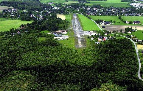 FLYPLASS: Ifølge en meningsmåling utført av Arbeiderpartiet ønsker er klart flertall av Hamars innbyggere å bevare og utvikle flyplassen. Foto: Espen Solli