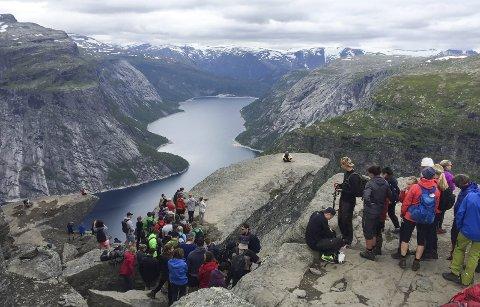 Trolltunga: Hadde rekordbesøk førre veke. No vil Bergen og Hordaland turlag bygga hytte langs turen.
