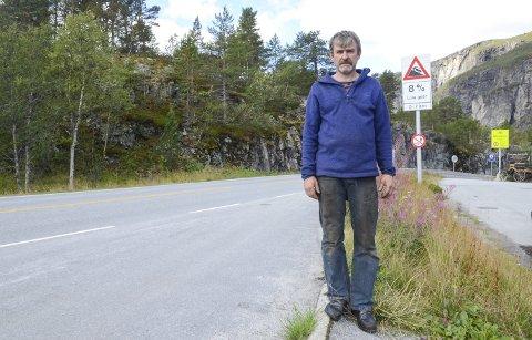 På toppen av Måbødalen vert ein varsla om å nytta lågt gir. Bjørn Lægreid meiner mange sjåførar manglar kunnskap om å køyra bratte vegar.