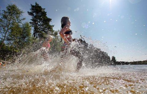 SOMMER PÅ VEI: For enkelte er det nok fortsatt litt kaldt i vannet. Men meteorologen melder om sommerlige temperaturer i lufta de kommende dagene.