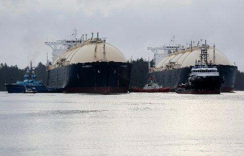 De to LNG-tankerne «Leo» og «Gemini» blir holdt på plass av taubåter tirsdag kveld. Foto: Jan Kåre Ness