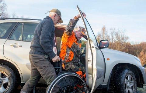 HÅNDSREKNING: Jon Kvilhaugsvik hjelper Leif Arild Fjellheim til å komme ut i jaktterrenget.