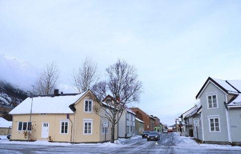 Sentralt: Ingrid Bjørnli og Christian Wulff Hansen kjøpte Torolfsgate 2 i Mosjøen (t.v.) for 2.450.000 kroner, drøyt 1 million over takst. Nå skal eneboligen kjøres om til to, muligens tre, leiligheter for utleie. Foto: Stine Skipnes