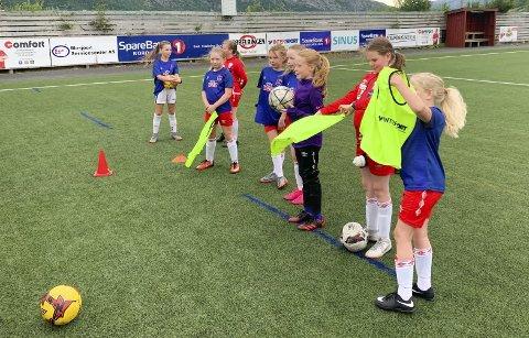 TRENING: Jentene gjør seg klar til spill 3 mot 3. 33 deltakere i aldersgruppen 6-10 år var med på fotballskolen.