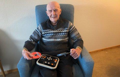 HJELPEMIDLER: Haakon Wara er glad i både stolen, og lydbøker. Han forteller at hjelpemidler som disse er kjempe viktig for pasientene.