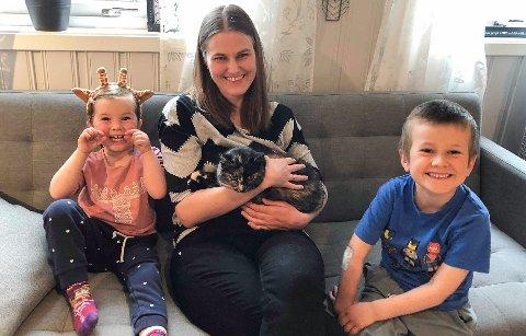 TAKKER: - Folk har vært enestående og jeg må få takke alle som har hjulpet, både private En siste sjanse og Dyrebeskyttelsen, sier May Annette Fauskanger med katten Karina og barna Alida og Aron.