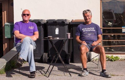 KAFFEPAUSE: Disse to herrene, Bjørn Erik Thorsen og Arve Sæther nyter kaffepausen i sola.