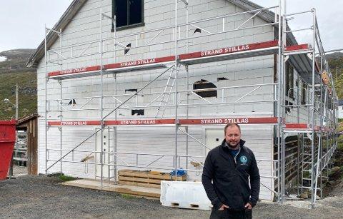 NY INVESTERING: Sørøya Havfiske AS har kjøpt den gamle egnebua i Akkarfjord. Her kommer det blant annet to boenheter til. Foto: Håvard Skogland