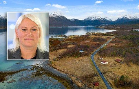 UNIK SJØTOMT: – Her får de nye eierne panoramautsikt over deler av Tjeldsundet og omkringliggende områder, samt meget gode solforhold, sier Bente Norhild Larsen om eiendommen som gikk kr 420 000,- over takst