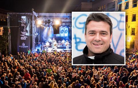 VIL GÅ LANGT: Festivalsjef Jan Santocono er villig til å gå langt for å sikre fullverdig Bakgårdsfestival i august. Han nevner både vaksinesertifikat, hurtigtesting og fullvaksinerte frivillige for å sikre nullsmitte på festivalområdet.