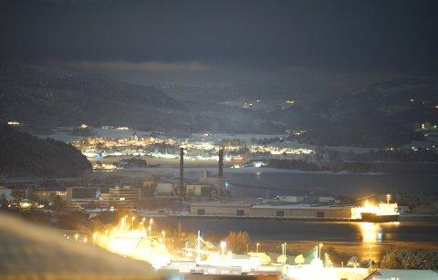 FULL STOPP: Ansatte ved Norske Skog på Skogn jobber nå med å sikre anlegget, etter at fabrikken mandag kveld mistet strømmen.