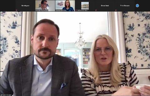 Kronprins Haakon og kronprinsesse Mette-Marit avla LHL-sykehuset og avdelingsoverlege Nils Henrik Holmedahl et digitalt besøk.