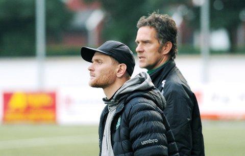 KAN RYKKE NED: Klepp-trener Eirik Stokka (t.v.) leder laget i sesongens siste kamp fredag kveld. Hans trenerkollega, Ragnvald Soma, blir nok å finne på banen mot FK Haugesunds andrelag.