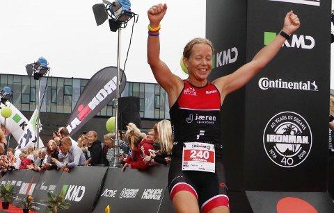 JERNKVINNE: Ironman i København er fullført og en glad Johanna Håland strekker armene i været og jubler for tredjeplass i sin aldersklasse.