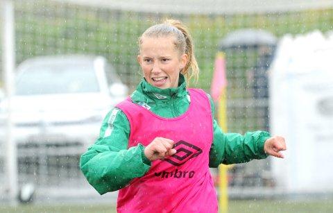 PÅ J16-LANDSLAGET: Tilja Ellingsen (16) fra Orre varmet opp da Klepp spilte mot Arna-Bjørnar i serieåpningen, men kom ikke på banen.
