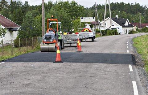Fartshumper: Arbeidet med nye fartshumper er i full gang i Bevergrenda. FOTO: STÅLE WESETH