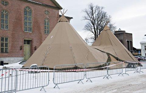 Festivalteltet: Bonden Nils Harald Bogen har gitt ved til bålbrenningen.Foto: Ståle Weseth