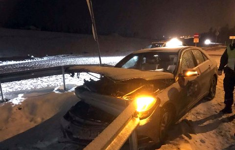 VRAK: Bilen er å regne som vrak etter at den fikk et ublidt møte med autovernet.