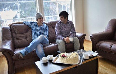 GODE VENNER: Murteza Ahmadi (27) og Ismael Alokozay (27) var to av de første åtte flyktningene som kom til Rødberg i 2010. Nå har de begge fått seg fast jobb, og Murteza har kjøpt leilighet. De to er gode kompiser og er mye sammen.