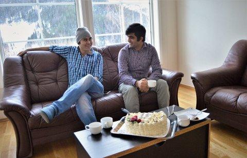 DE FØRSTE: Murteza Ahmadi (27) og Ismael Alokozay (27) var to av de første åtte flyktningene som kom til Rødberg i 2010. Nå har de begge fått seg fast jobb, og Murteza har kjøpt leilighet. De to er gode kompiser og er mye sammen. Foto: Katrine Alexandra Leirmo Heiberg