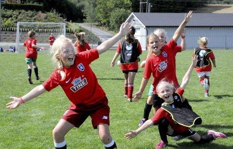 Gøy med landskamp: 2008-jentene storkoste seg med fotballkamp som avslutning på Stoppens fotballskole. Frankrike møtte Brasil til vennskapskamp.