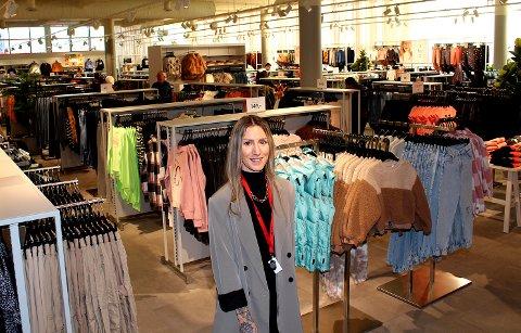 SUPERFORNØYD: Butikksjef Zoe Madeleine Krogstad er strålende fornøyd med de nye lokalene på Triaden.