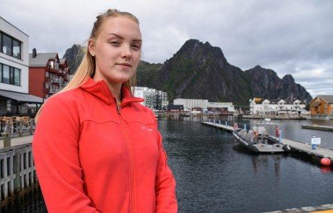 FREMTIDEN: Sanne Charlen Abrahamsen (19) er oppgitt over manglende tilrettelegging for folk på hennes alder som vil slå seg ned i Svolvær.